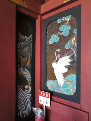 鵜戸神宮本殿右側の鶴の装飾の写真