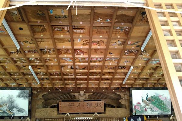 與止日女神社拝殿の天井の写真