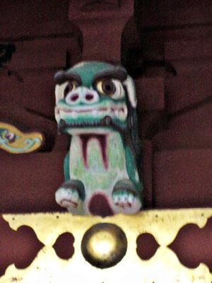 鵜戸神宮本殿左側の獅子像をアップにした写真