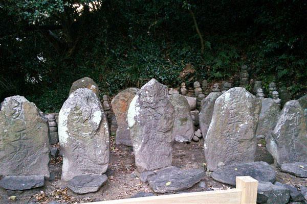 赤間神宮平家一門の墓の写真