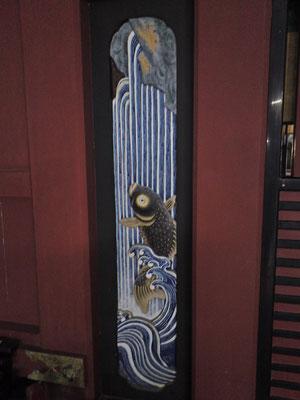鵜戸神宮本殿左側の鯉の彫刻の写真