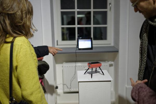 Zeichner, Video, Besucherin