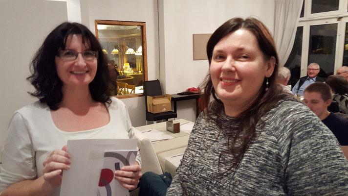Peggy Studerus (re.) wird von Karin Ammann für Probebesuch geehrt