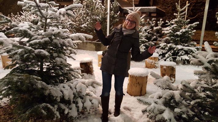 Dirigentin Sabrina Fehlmann nach der Versammlung gut gelaunt im Winterwald vor Max+Moritz