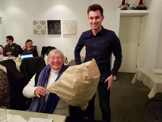 Rosmarie Byland erhält einen Blumenstrauss für die viele Zeit, welche Sie Ihren Heinz - den Ehrenpräsi - für die MGH entbehren musste.