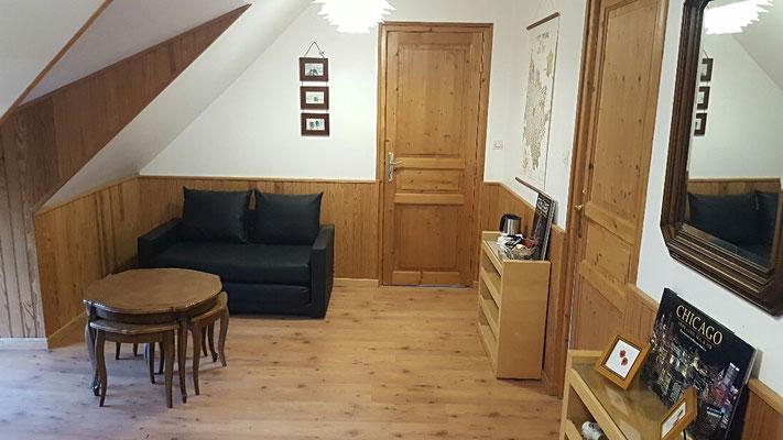 Salon desservant votre chambre et la salle de toilette
