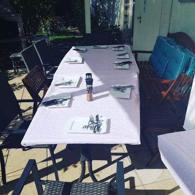 während die Teilnehmer im Garten eine Prosecco trinken, geht es hier gleich mit dem Grillen los.