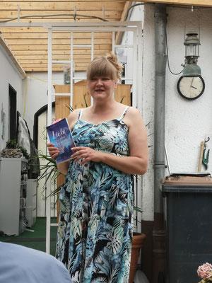 Lucia Schwarz stellt ihren Roman vor