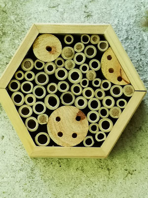 Bei uns wrden die Bienen u.a. auch durch Insektenhotels angezogen.