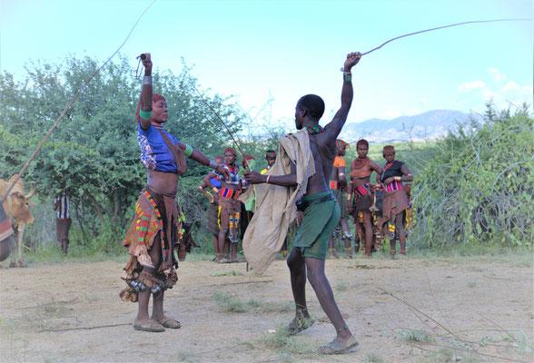 Церемония Bull Jumping в племени Хамер