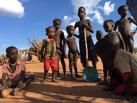 дети в деревне Хамер