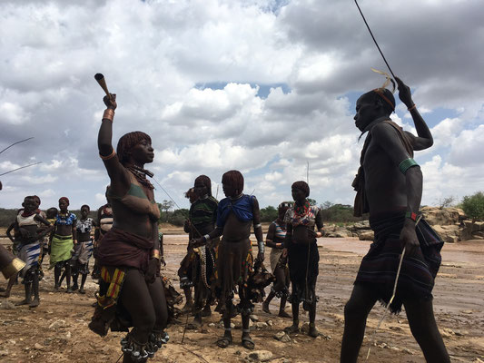 на церемонии Bull Jumping женщин бьют путями по спине
