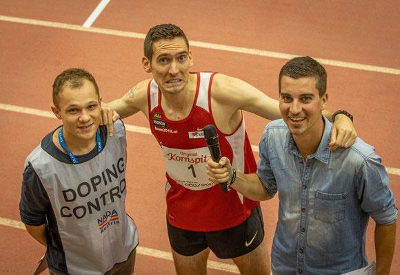 keine Angst bei Andreas Vojta bei der nachfolgenden Dopingkontrolle, eher ist er zu Scherzen aufgelegt... (mit Moderator Uwe Holli)