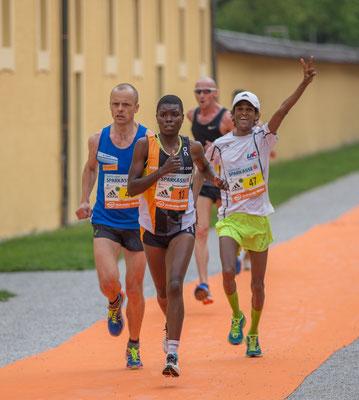die Damensieger Theresia Omosa (KEN) mit dem immer fröhlichen Axel Demse