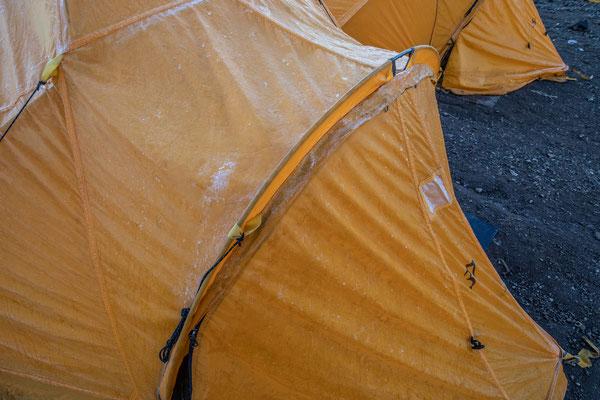 in der Früh ist das Zelt mit einer Eisschicht überzogen
