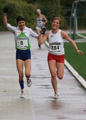 beim Höhenstraßenlauf 2008 laufen Carina und Tochter Lisa-Maria ex aequo als Siegerinnen ins Ziel