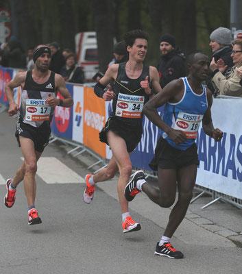 Valentin Pfeil kämpft bei km35 und läuft leider am OÖC-Olympialimit vorbei