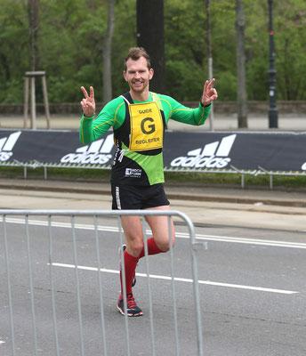 Mario Mostböck (team2012.at) begleitet einen blinden Läufer.
