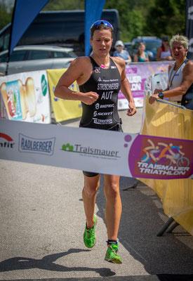 Tanja mit Schmerzen im Ziel als Siegerin über die Olympische Distanz