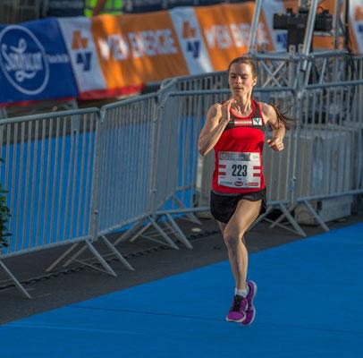 Tanja Bauer beim Zieleinlauf