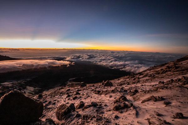 den Sturm und die Kälte sieht man auf den Fotos nicht wirklich, dafür den Mawenzi (5148m)