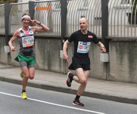Martin Mistelbauer (Marathon) überholt seinen Trainingskollegen Jernej Zohar (Halbmarathon) auf der äußeren Mariahilferstraße.