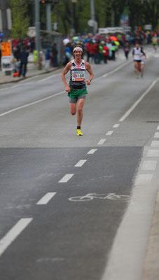 Schon recht bald läuft Martin Mistelbauer ein sehr einsames Rennen, von Windschatten keine Spur.