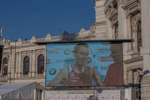 Andreas Vojta auf der Vidi-Wall beim Siegerinterview vor dem Burgtheater