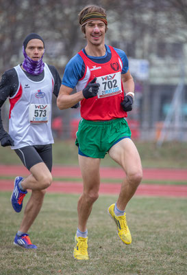 Martin Mistelbauer führt zu Beginn das Rennen auf der Langstrecke vor Luca Sinn an