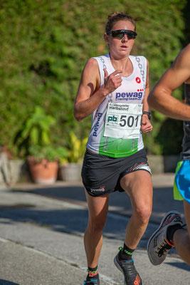 Triathlon-Olympiastarterin Sara Vilic startete und gewann im 4km-Hobbylauf (14:24)