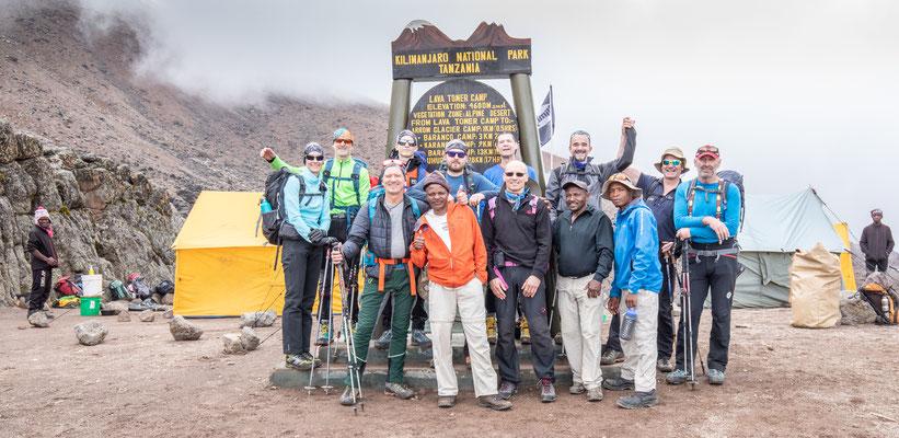 """im """"Lava Camp"""" beim Lava-Tower machen wir nur kurz Station zum Mittagessen - bereits fertig am Tisch bei unserer Ankunft. Immerhin auf 4600m."""