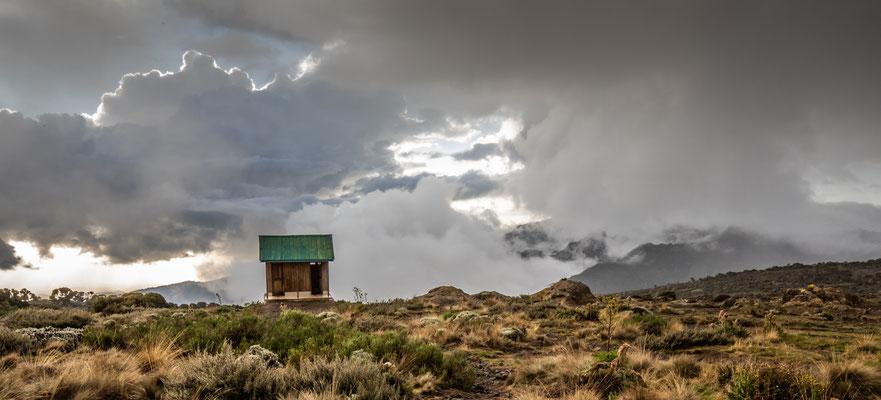 idyllisch gelegenes Toilettenhäuschen mit Blick auf den Mt. Meru