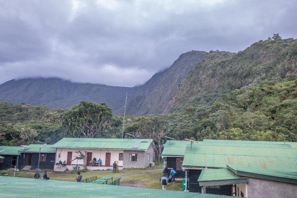 unser erstes Camp, relativ komfortabel in den Hütten. Im Hintergrund Mt. Meru noch etwas schüchtern.
