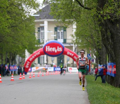 Die Einsamkeit des Langstreckenläufers. Aber Martin Mistelbauer kennt jeden Zentimeter der Hauptallee und zeigt keine Schwächen.