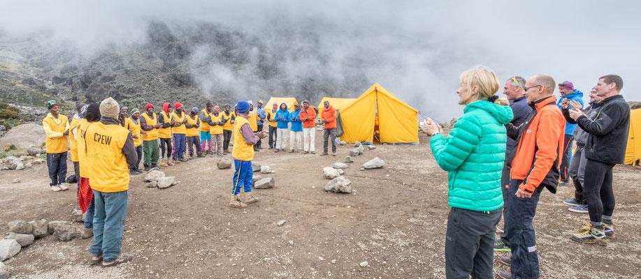 unvergesslich: der Kilimanjaro-Song durch unsere Träger, Guides und den Koch (link zum Video im Text)