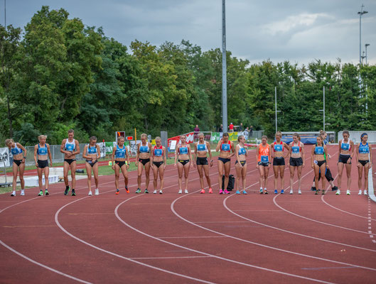 das 5000m Feld der Damen vor dem Start