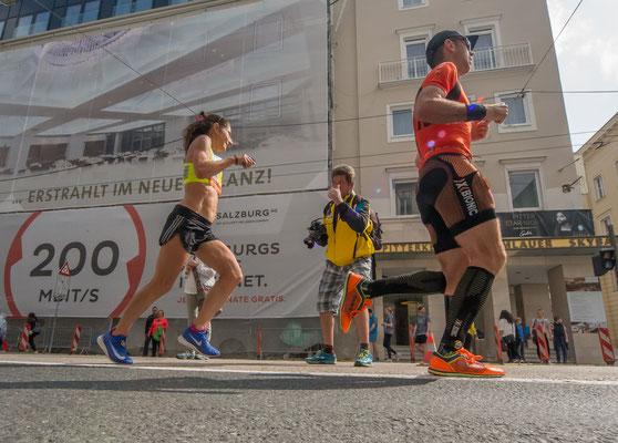 Karin läuft an ihrem Vereinsobmann vorbei