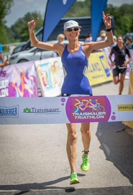 Manuela kommt ins Ziel beim Sprinttriathlon