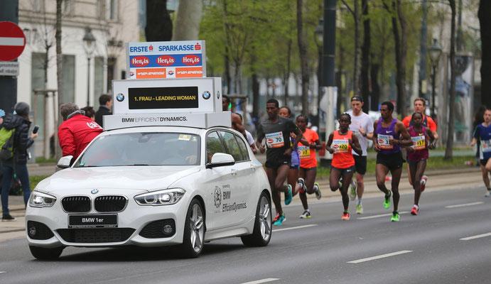 Die Frauen-Spitzengruppe am Ring bei km 10. Eigentlich sollte das Führungsfahrzeug keine Windschatten-Dienste leisten.