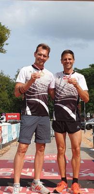 Mario Mostböck und Christian Wurzberger präsentieren stolz ihre Medaillen (Foto zVg)