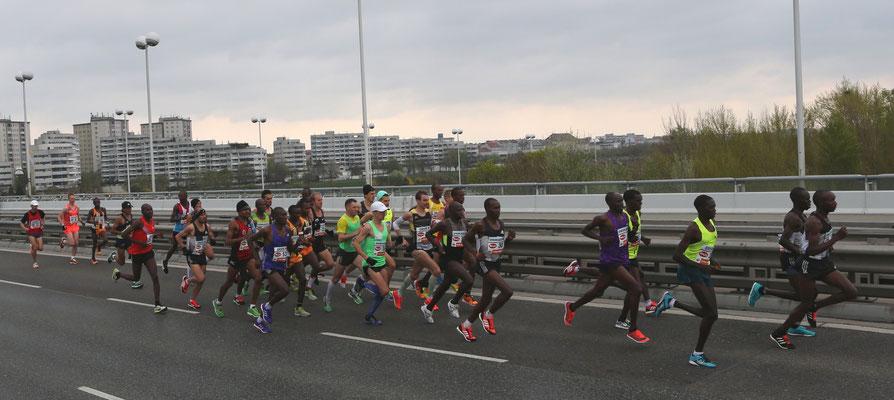 Die Männer-Spitzengruppe. Nur mehr knapp 42 km... ;-)