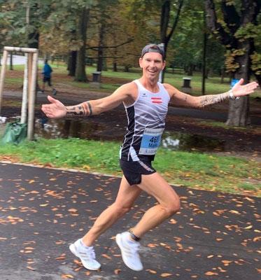 Mario Mostböck hat sichtlich Spaß beim Halbmarathon (Foto: Tanja Stroschneider)