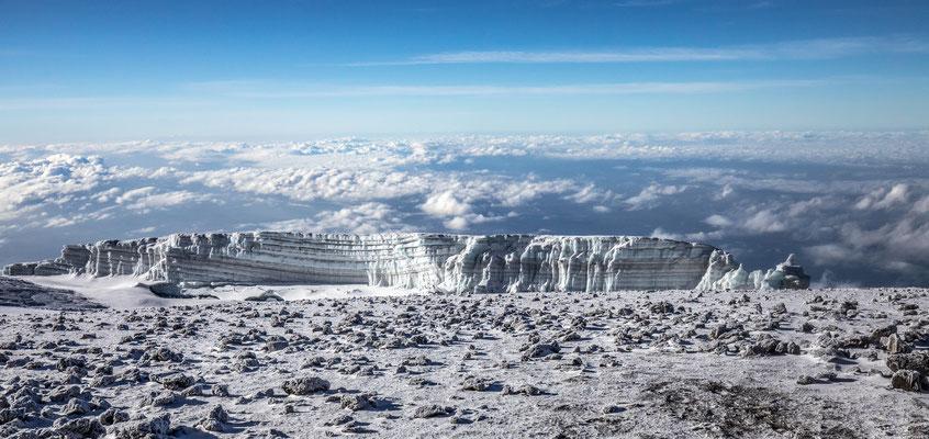 wir gehen nun noch ca. 150m Höhenmeter hinauf zum Uhuru Peak, atemberaubende Gletscherformationen säumen den Weg