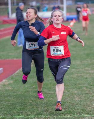 Anna Simkovics bei einem packenden Zielsprint gegen Nora Havlinova