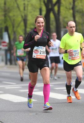 Katja Bruzek, betreut vom team2012.at, lächelt auch noch kurz vor dem Ziel.