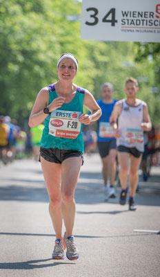Lisa-Maria Leutner gut gelaunt bei km 34