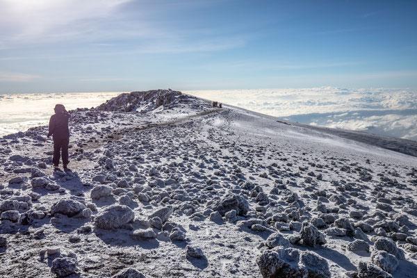 ein Blick zurück bevor wir am Gipfel ankommen