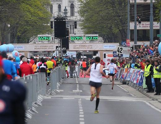 Beim Überlaufen der Ziellinie ist die (Netto-) Zeit 2:29:52! Das ergibt den 22. Platz insgesamt und die 3. beste Österreichische Leistung! Bravo!