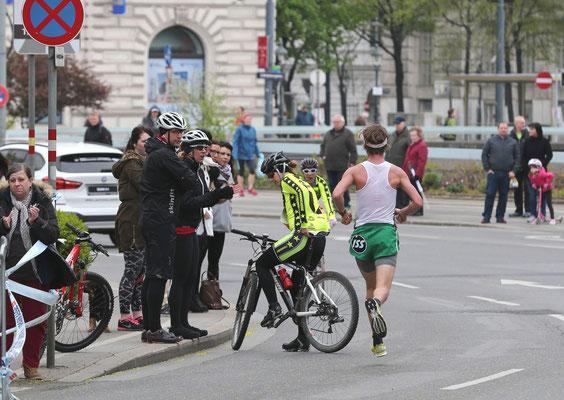 Na ja, offizielle Begleitfahrräder stehen auf der Ideallinie und behindern ein wenig Martin Mistelbauer bei der Votivkirche.