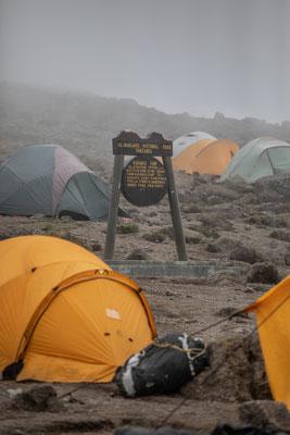 im Karanga-Camp auf 3995m ist es nicht gerade kuschelig warm, hier nur kurzer lunch-break